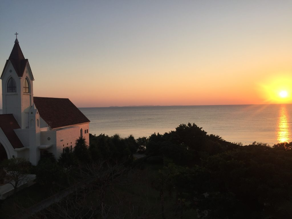 アリビラ・グローリー教会と夕日