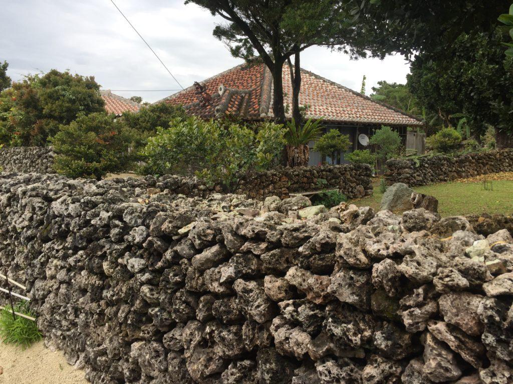 竹富島 石垣と赤瓦