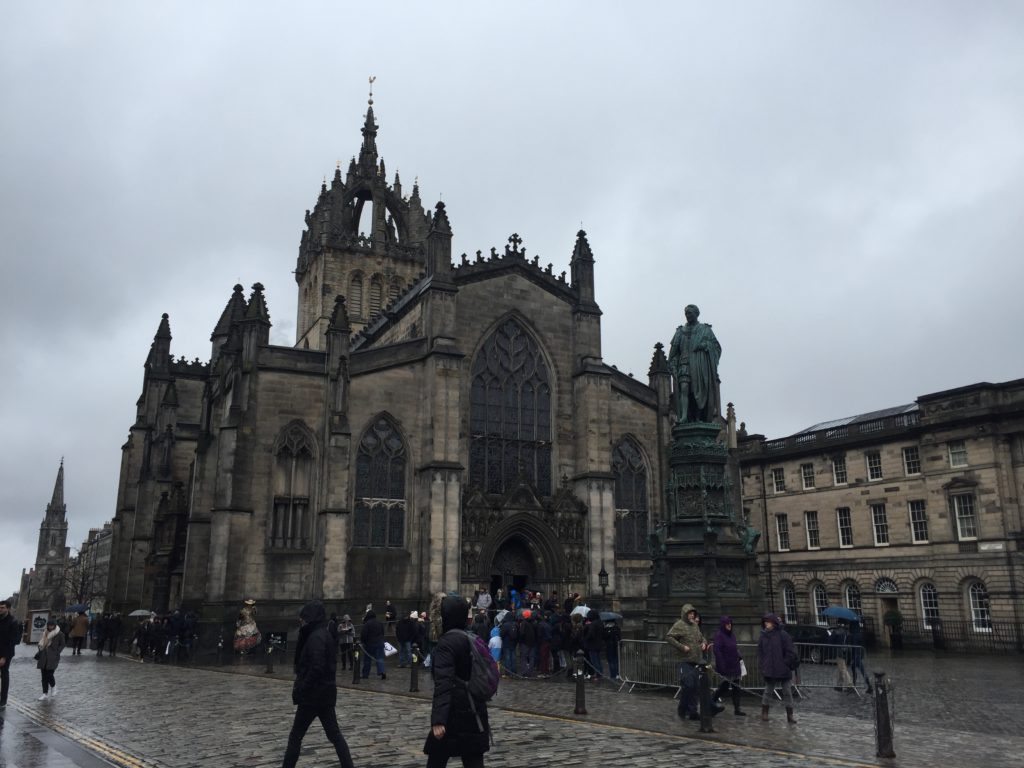 セント・ジャイルス大聖堂とアダム・スミス像 エディンバラ
